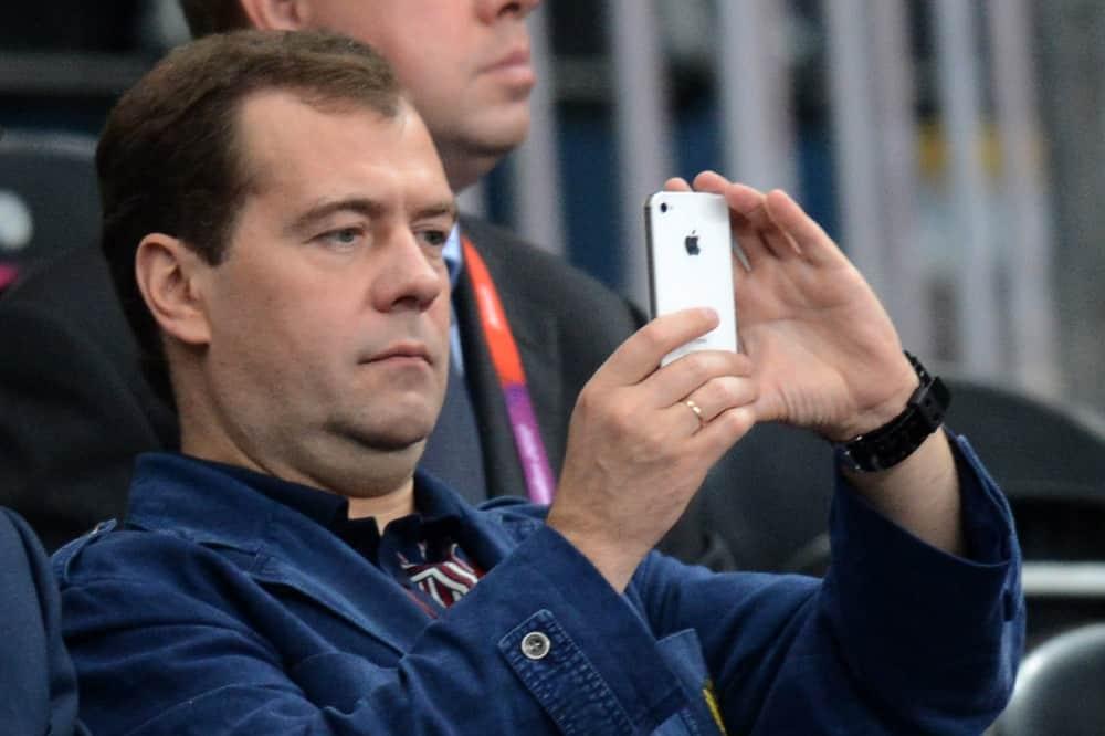 Медведев снимает на телефон снятие АКПП Мазда CX-7