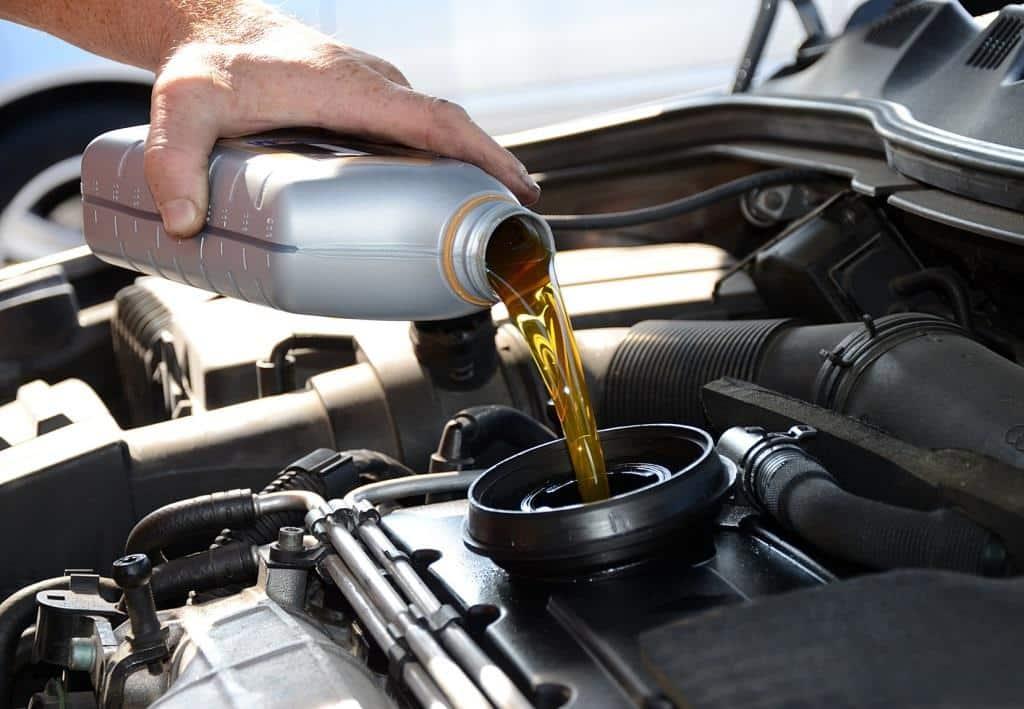 Процесс заливания масла в двигатель