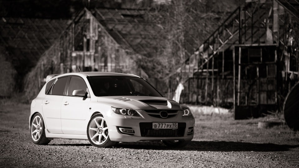 Фото тюнингованной Mazda MPS с изменненым капотом