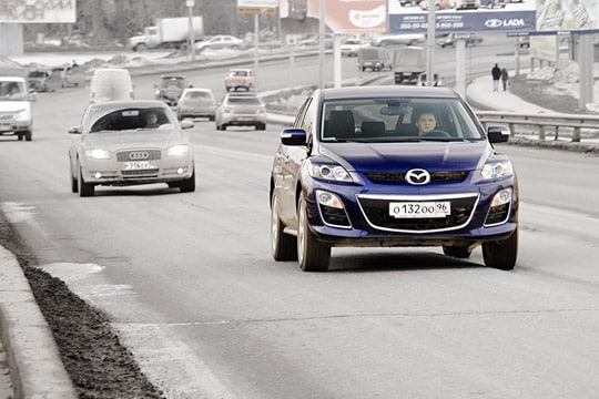 Мазда CX-7 на дороге