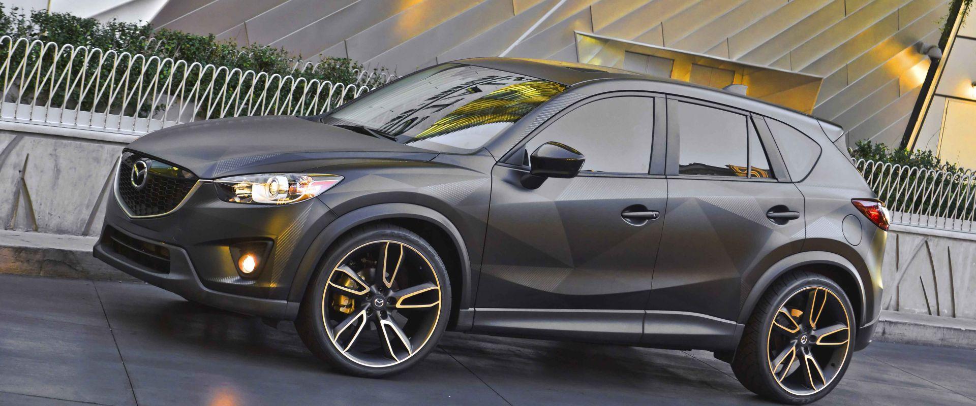 Автомобиль Mazda CX-5 серого цвета