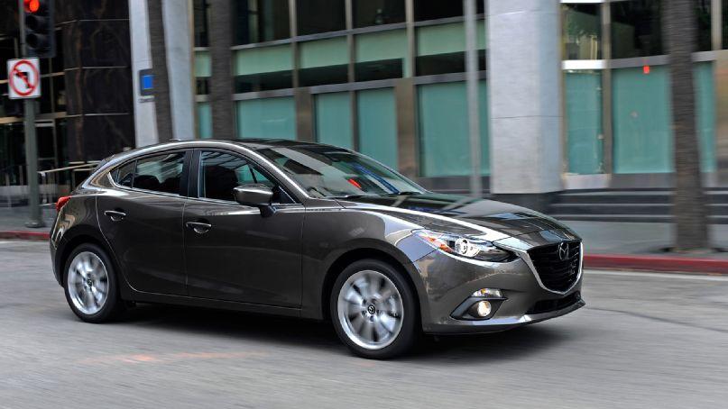 Серая Mazda 3 2015 года выпуска