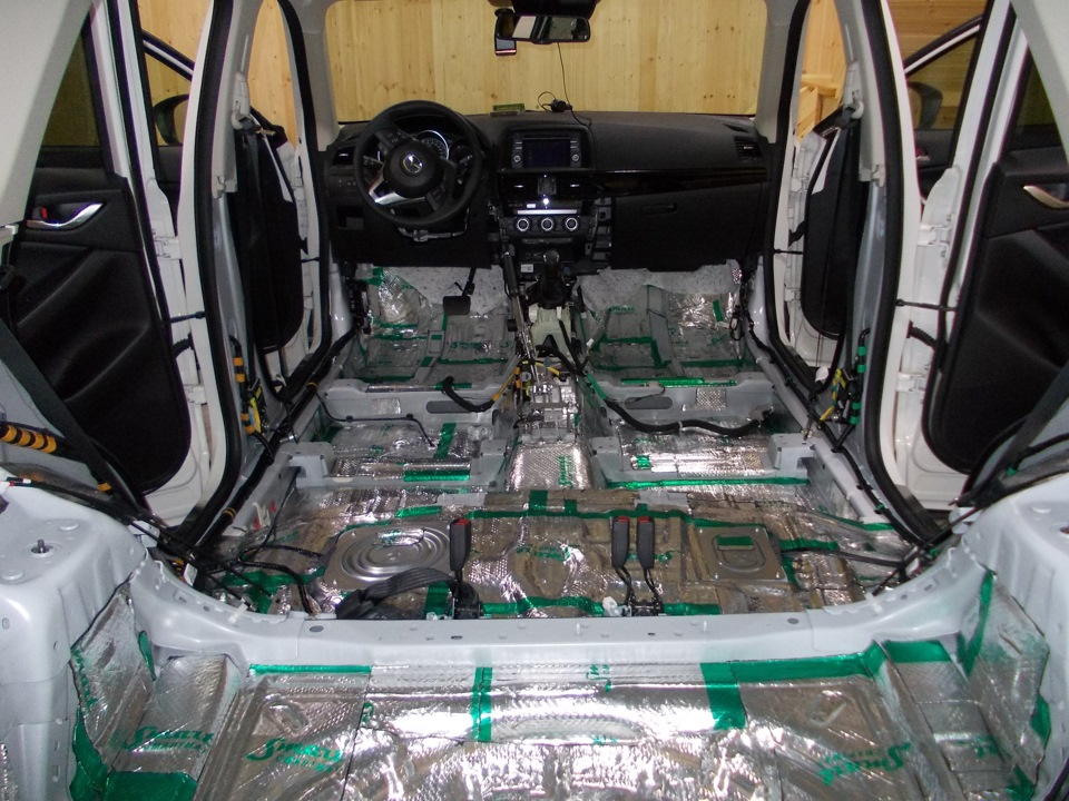 Пол Mazda CX-5 с первым слоем шумоизоляции