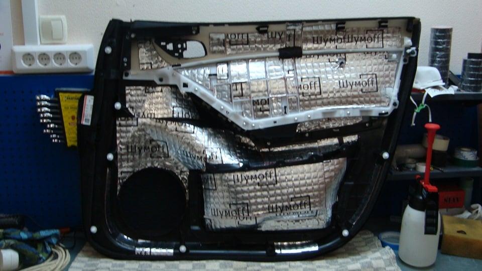 Первый слой шумоизоляции обшивки двери Mazda CX-5