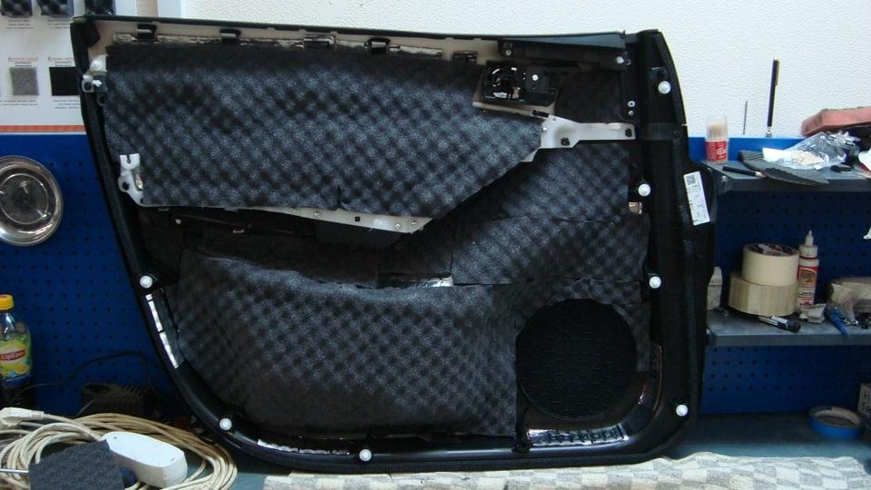 Второй слой шумоизоляции обшивки двери Mazda CX-5