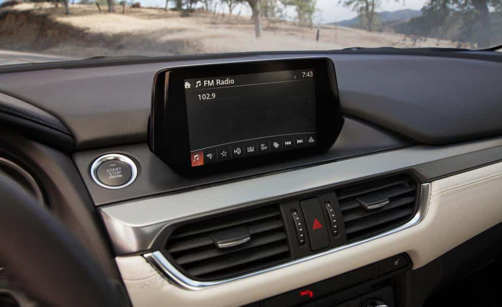 Большой экран мультимедийной системы Мазда 6 2015 года выпуска
