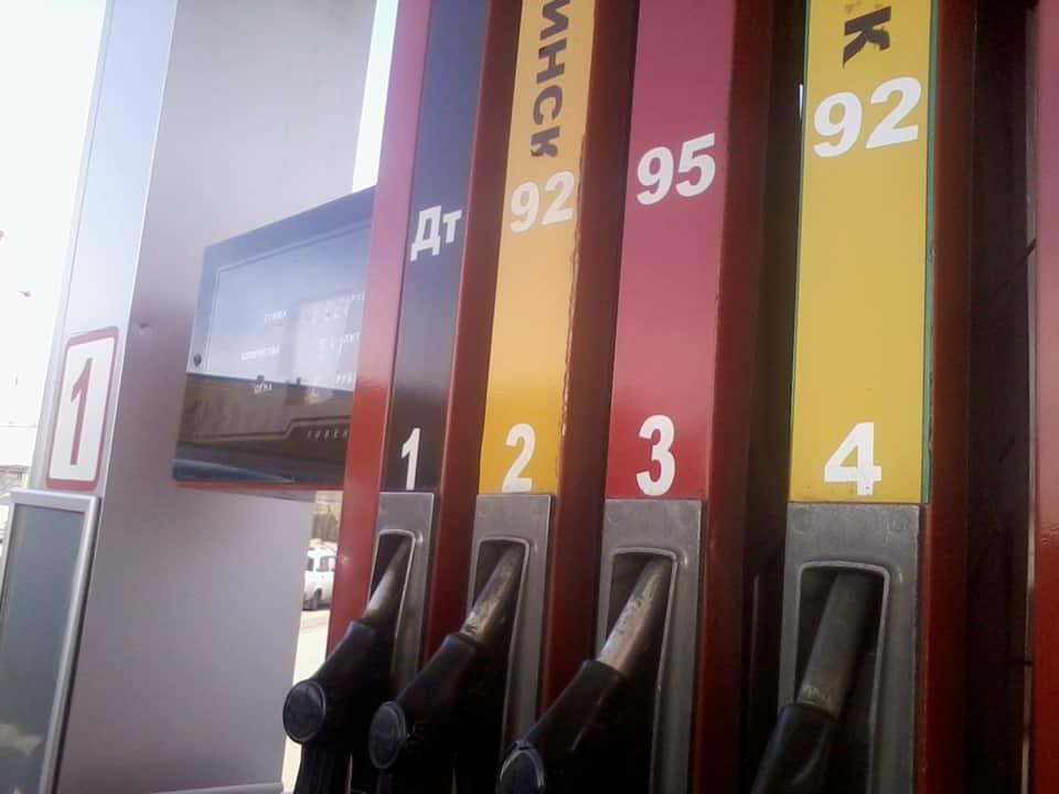Различные типы топлива на заправке