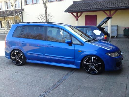 Тюнингованная Mazda Premacy синего цвета