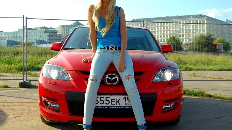 Девушка на капоте Mazda 3