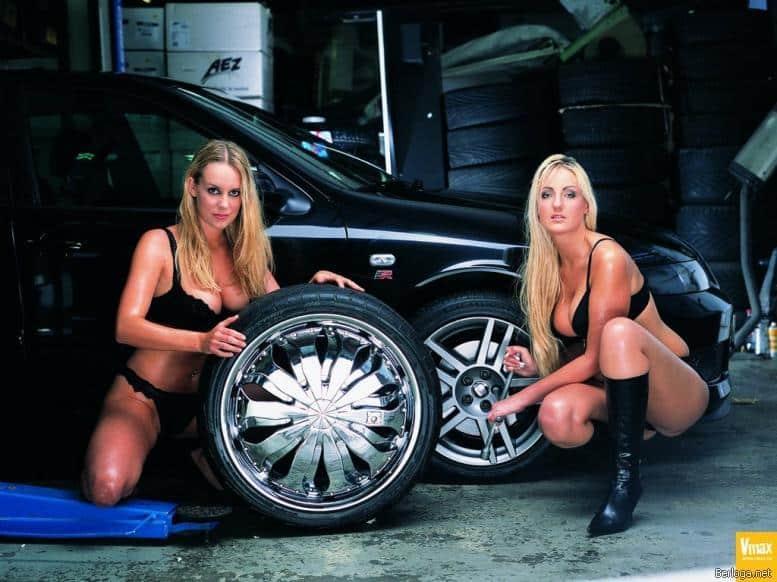 Девушки подбирают диски на машину
