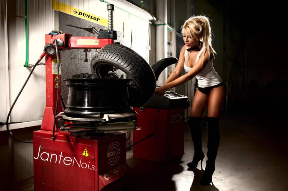 Девушка работает на шиномонтаже
