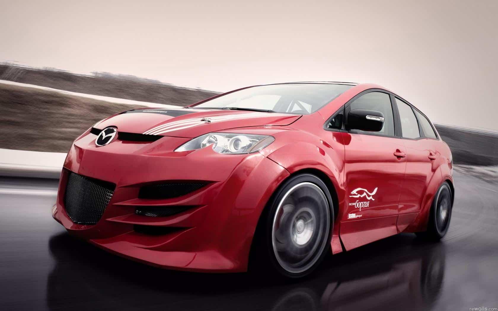 Mazda CX-7 несется по трассе