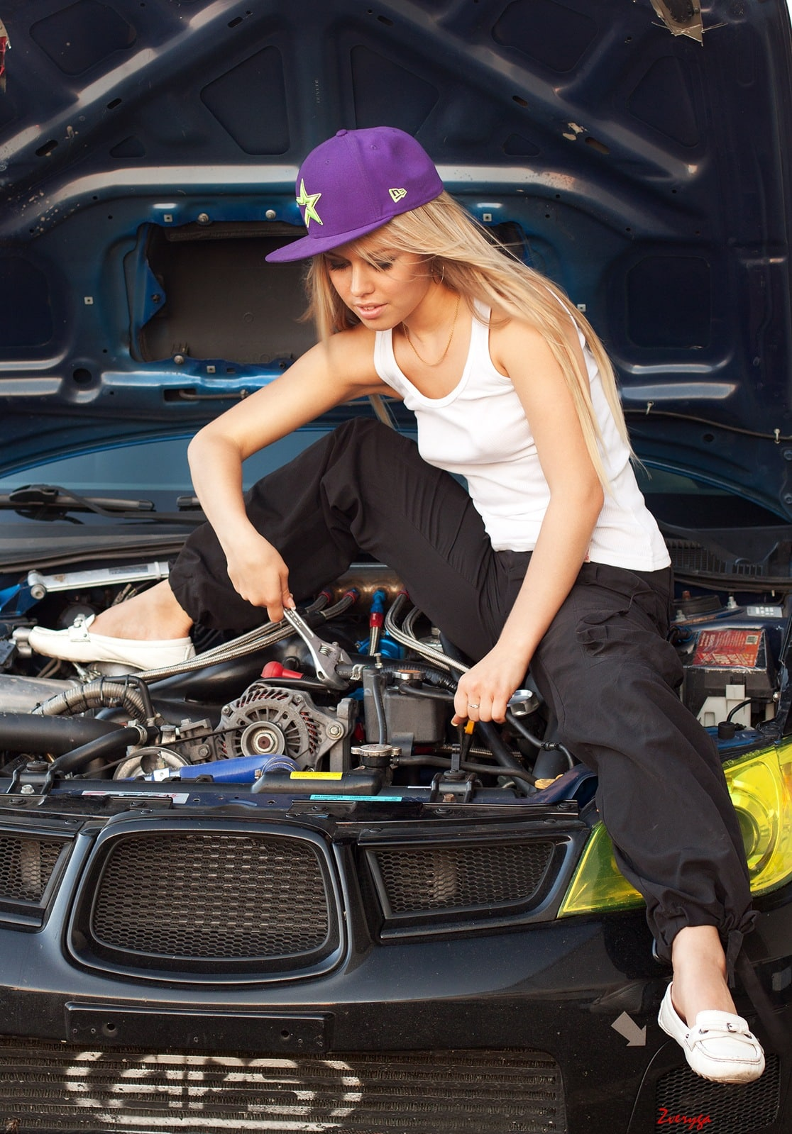Девушка ремонтирует Mazda