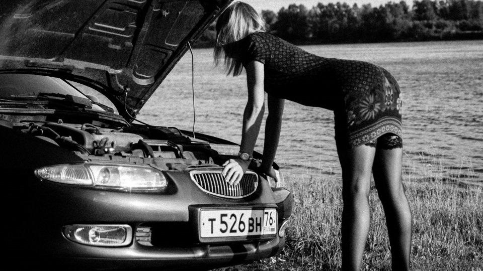Девушка смотрит двигатель Mazda Xedos 6