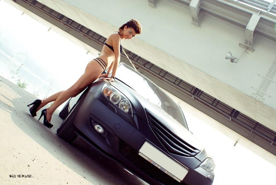 Девушка в купальнике возле Mazda 3