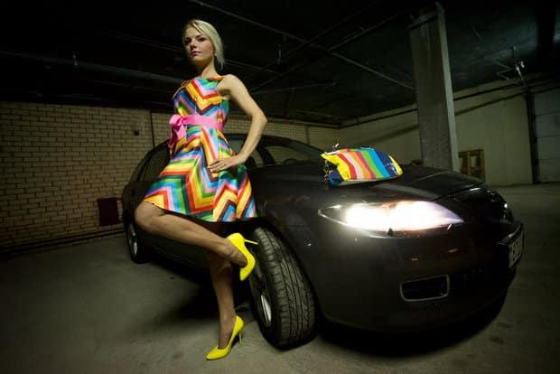 Мазда 3 и девушка в цветастом платье