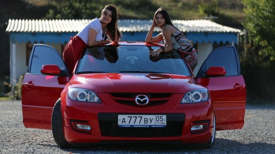Две девушки и Мазда 3 MPS
