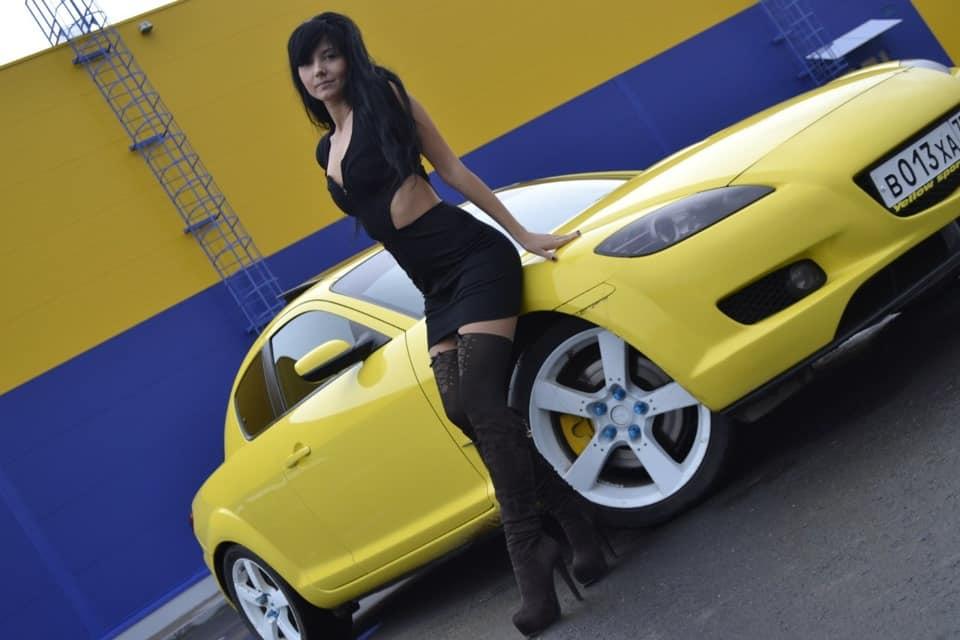 Желтая Мазда RX-8 и девушка в черном