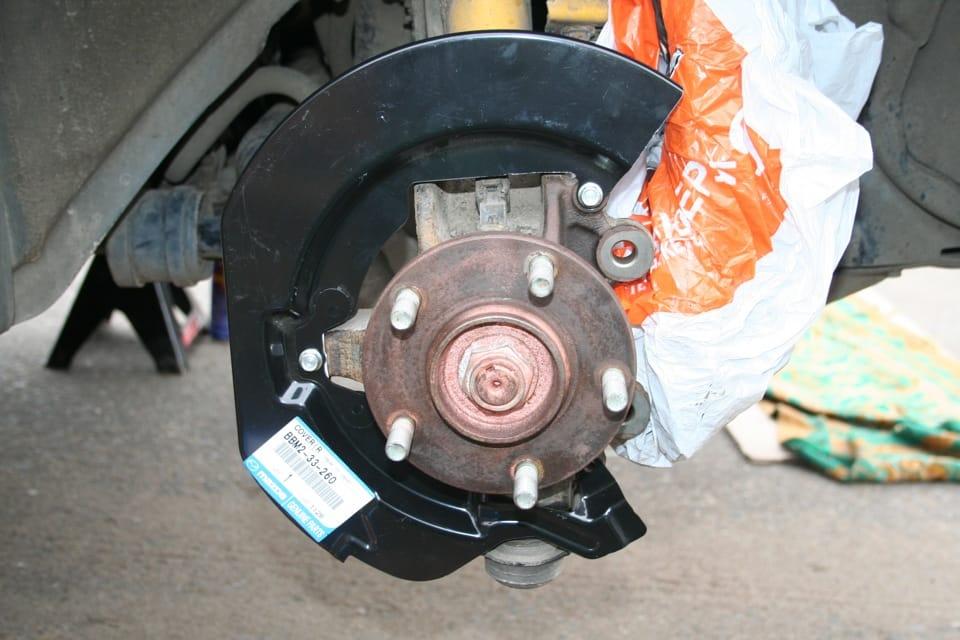 Замена задних тормозных колодок Mazda 3